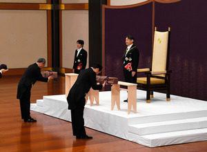 三種の神器。これらの神器を所持することが皇室の正統たる帝の証し。天皇継承と同時に3種の神器も継承された。 このうち剣とまが玉が天皇即位の礼で新天皇に渡され、新